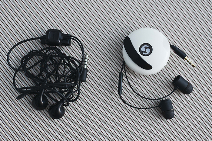 The headset features a patented dual self-winding system that lets you retract/extend both ends of the cable separately